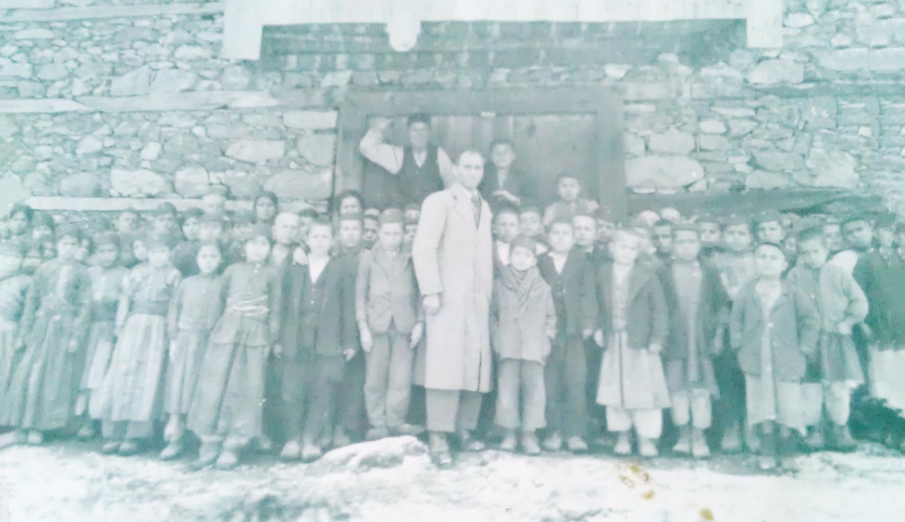 1937-de-gaziler-okulu-başlarinda-kep-olan-talebeler.jpg
