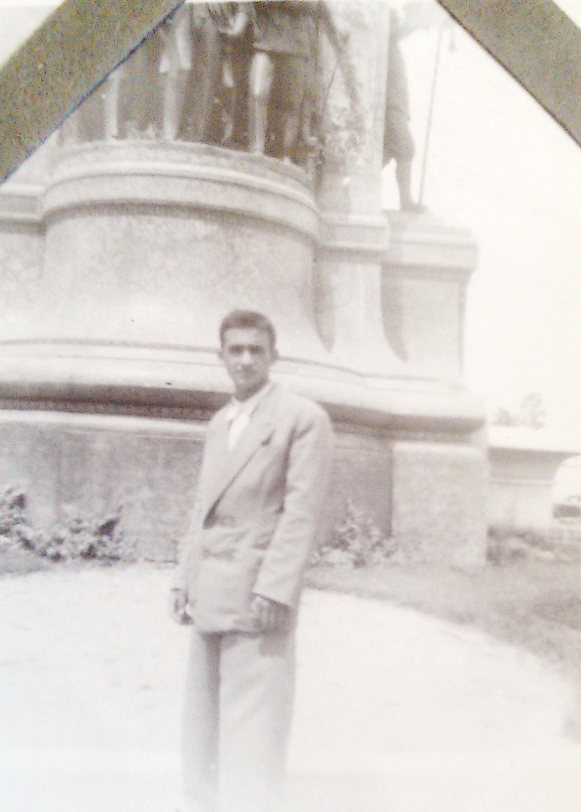 a.-gülağ-taksim-aniti-önünde-1947.jpg