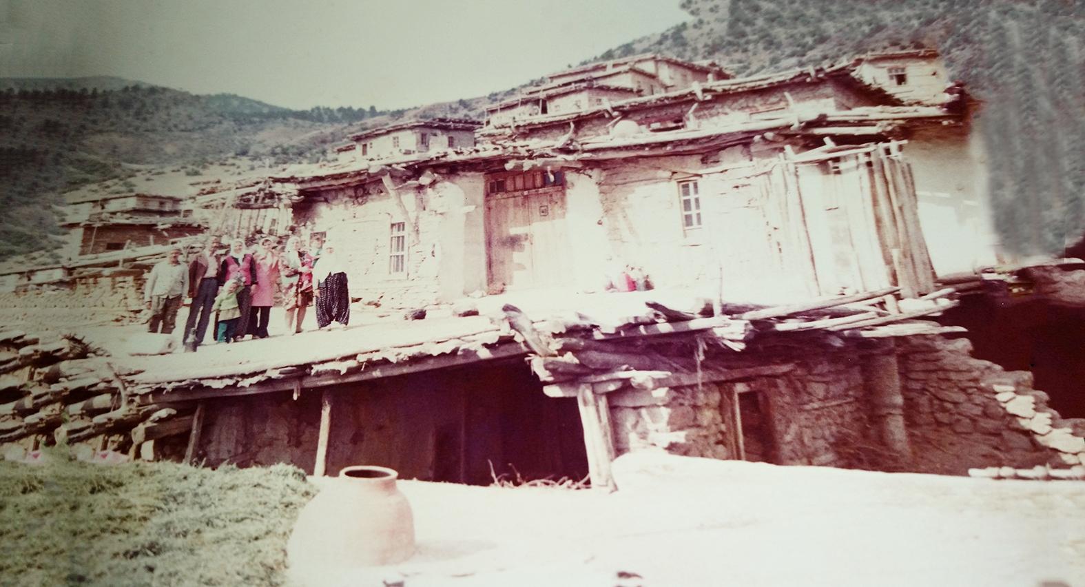 yeni-ev--çatisiz-birbirinin-üstünde-taş-yapili-evler-ve-tuvalet.jpg